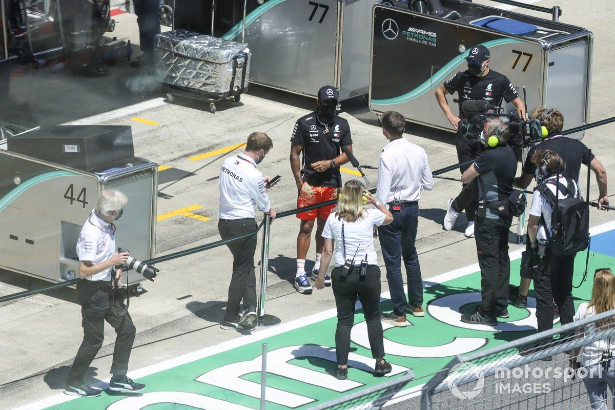Lewis Hamilton, Mercedes-AMG Petronas F1, es entrevistado antes de la carrera