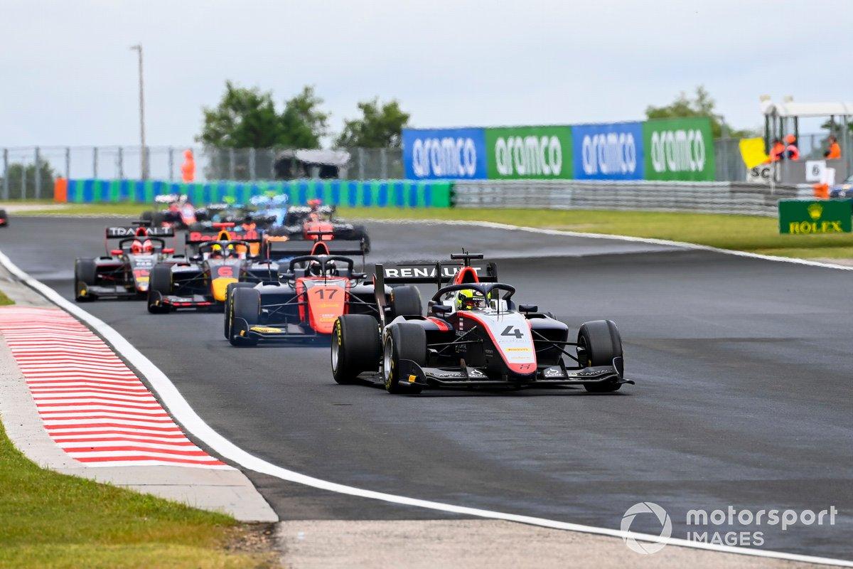 Max Fewtrell, Hitech Grand Prix, precede Richard Verschoor, MP Motorsport, e Dennis Hauger, Hitech Grand Prix