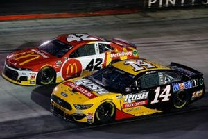 Matt Kenseth, Chip Ganassi Racing, Chevrolet Camaro McDonald's McDelivery and Clint Bowyer, Stewart-Haas Racing, Ford Mustang Rush Truck Centers/Mobil 1