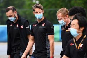 Romain Grosjean, Haas F1, camina por la pista con sus colegas incluyendo a Ayao Komatsu, Ingeniero Jefe de Carreras
