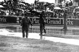 Une forte pluie interrompt la course