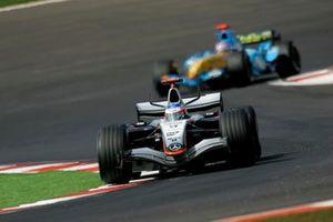 Kimi Raikkonen, McLaren Mercedes MP4-20 Fernando Alonso, Renault R25, Action