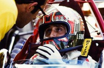 Ignazio Giunti, Ferrari 312B, habla con Mauro Forghieri en el pit lane