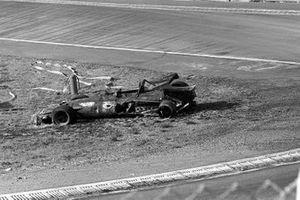 Uitgebrande wrak van Jacky Ickx's Ferrari