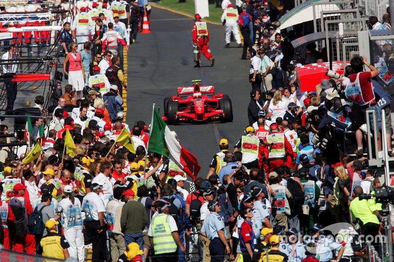 Le vainqueur Kimi Raikkonen, Ferrari F2007 dans le parc fermé