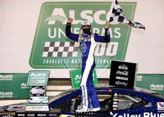 Ganador Chase Elliott, Hendrick Motorsports Chevrolet Kelley Blue Book en Victory Lane