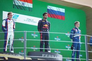 Podium: Race winner Jehan Daruvala, Carlin, second place Bent Viscaal, Trident, third place Robert Shwartzman, Prema Racing