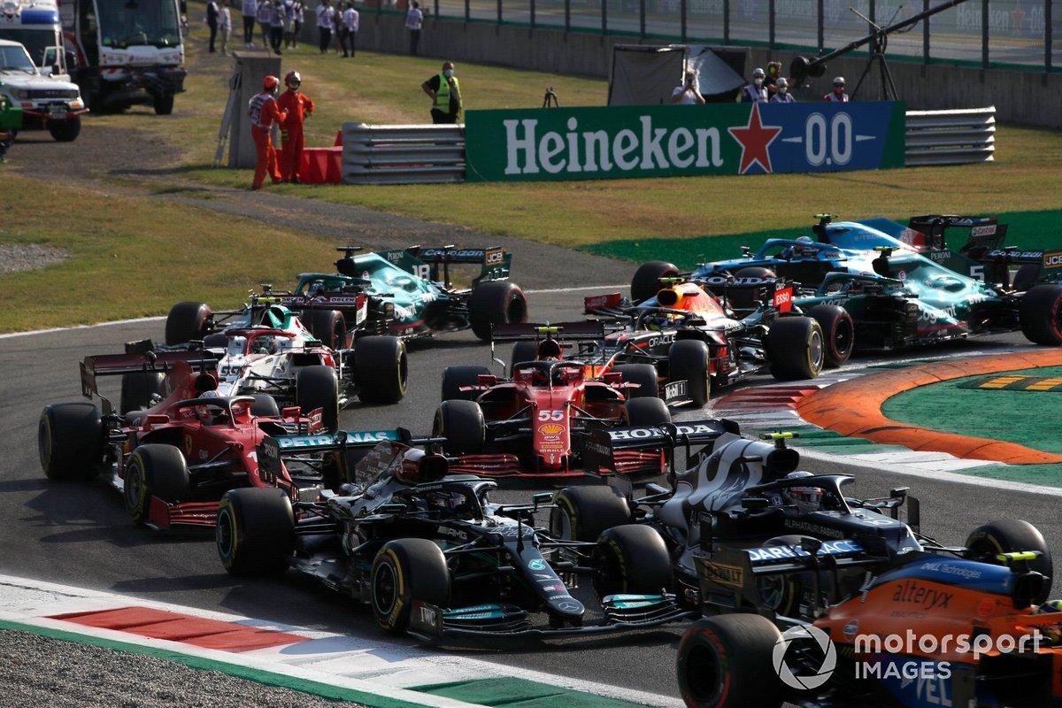 Lando Norris, McLaren MCL35M, Pierre Gasly, AlphaTauri AT02, Lewis Hamilton, Mercedes W12, Carlos Sainz Jr., Ferrari SF21, Charles Leclerc, Ferrari SF21, y el resto del grupo en la salida