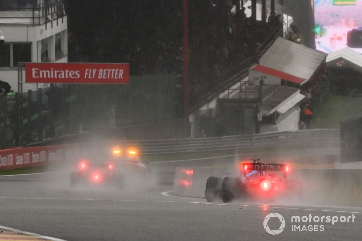 El Safety Car lidera a Max Verstappen, Red Bull Racing RB16B, George Russell, Williams FW43B