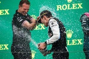 Esteban Ocon, Alpine F1, primo classificato, e Laurent Rossi, CEO, Alpine F1, spruzzano Champagne sul podio
