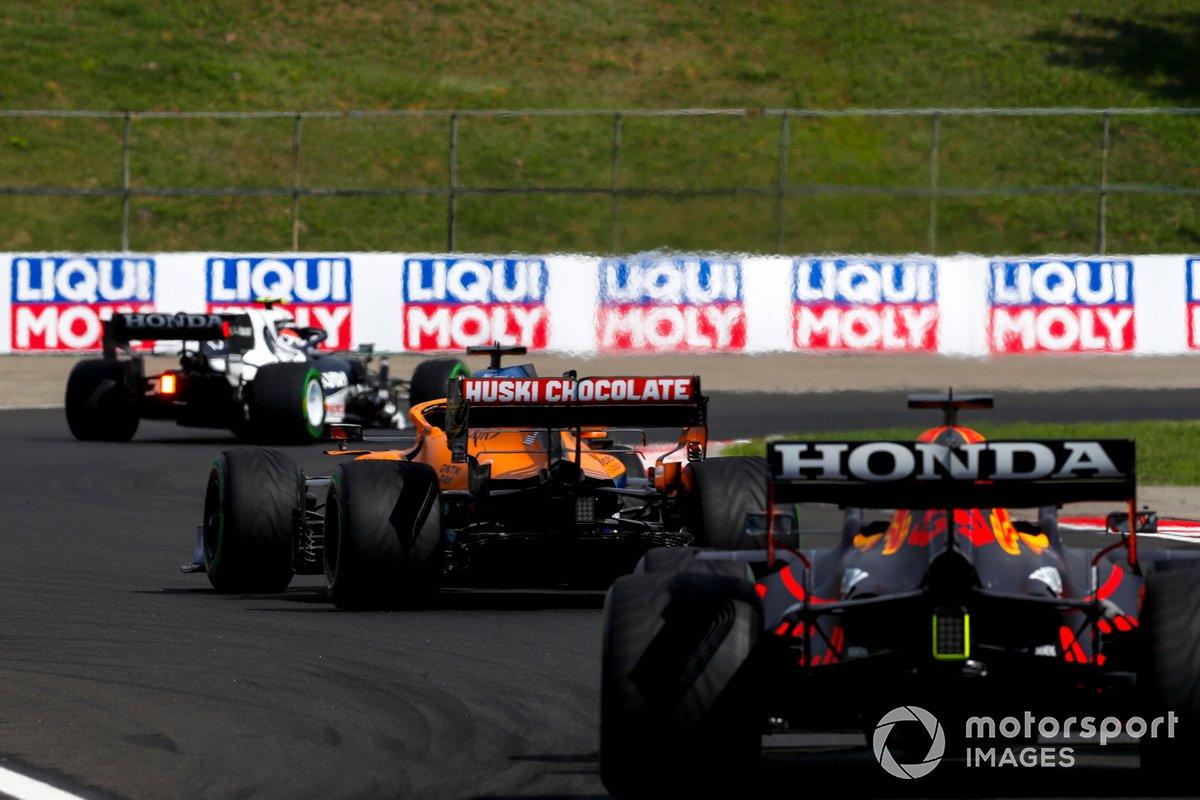 Pierre Gasly, AlphaTauri AT02, Daniel Ricciardo, McLaren MCL35M, y Max Verstappen, Red Bull Racing RB16B