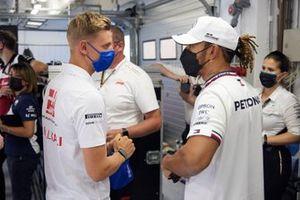 Mick Schumacher, Haas F1, praat met Lewis Hamilton, Mercedes