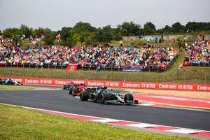 Sebastian Vettel, Aston Martin AMR21, Carlos Sainz Jr., Ferrari SF21