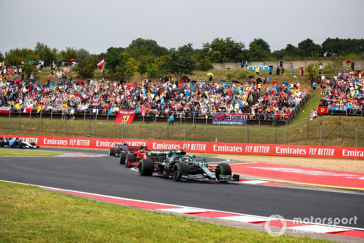 Sebastian Vettel, Aston Martin AMR21, Carlos Sainz Jr, Ferrari SF21