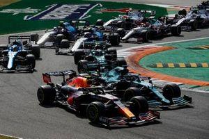 Sergio Perez, Red Bull Racing RB16B, Lance Stroll, Aston Martin AMR21, Sebastian Vettel, Aston Martin AMR21, Fernando Alonso, Alpine A521, Esteban Ocon, Alpine A521, en de rest van het veld bij de start
