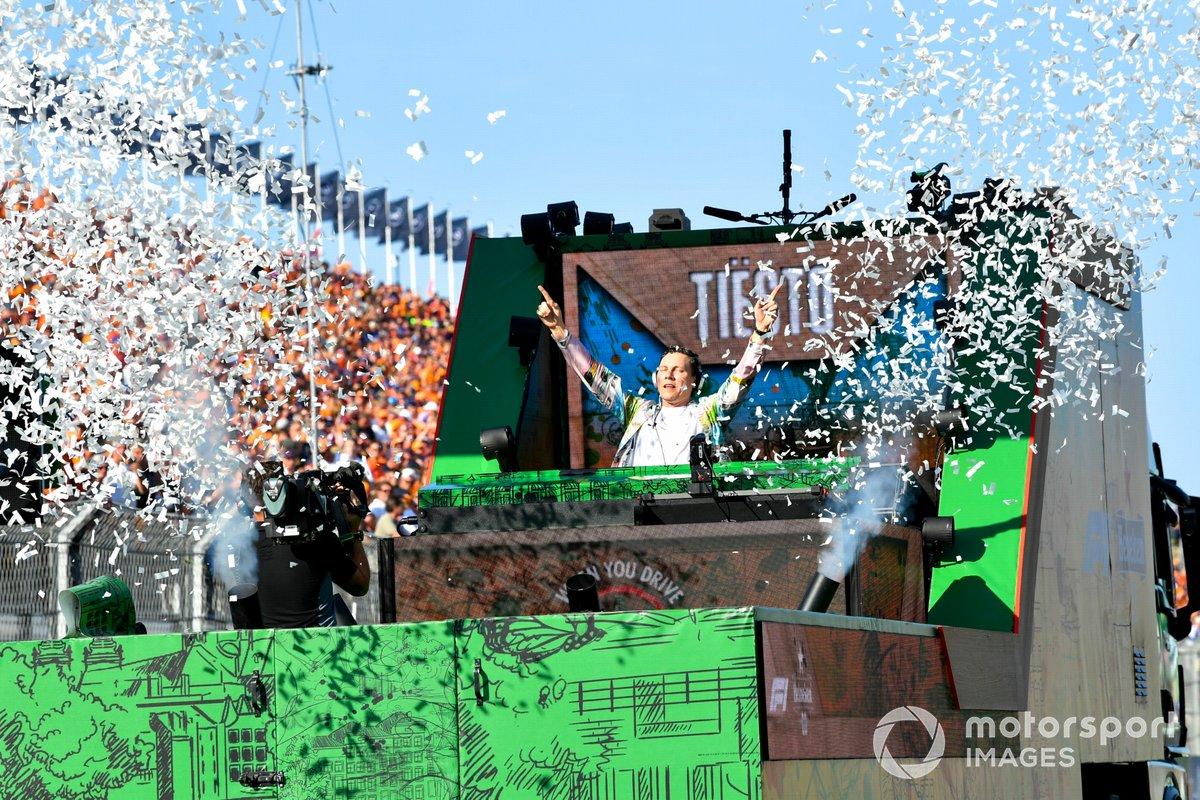 Tijs Michiel Verwest, conocido como Tiesto, realiza un set de DJ móvil después de la carrera