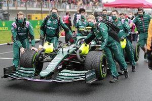 Sebastian Vettel, Aston Martin AMR21, arriveert op de grid