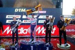Top 3 der DTM-Saison 2021: Champion Maximilian Götz, 2. Liam Lawson, 3. Kelvin van der Linde, mit Stefan Wendl
