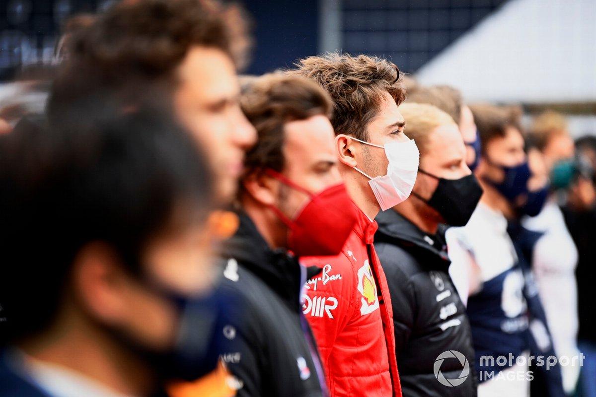 Charles Leclerc, de Ferrari, en la parrilla con los demás pilotos