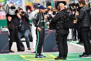 Valtteri Bottas, Mercedes, wordt geïnterviewd na de kwalificatie