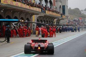 Carlos Sainz Jr., Ferrari SF21, comes in for a stop