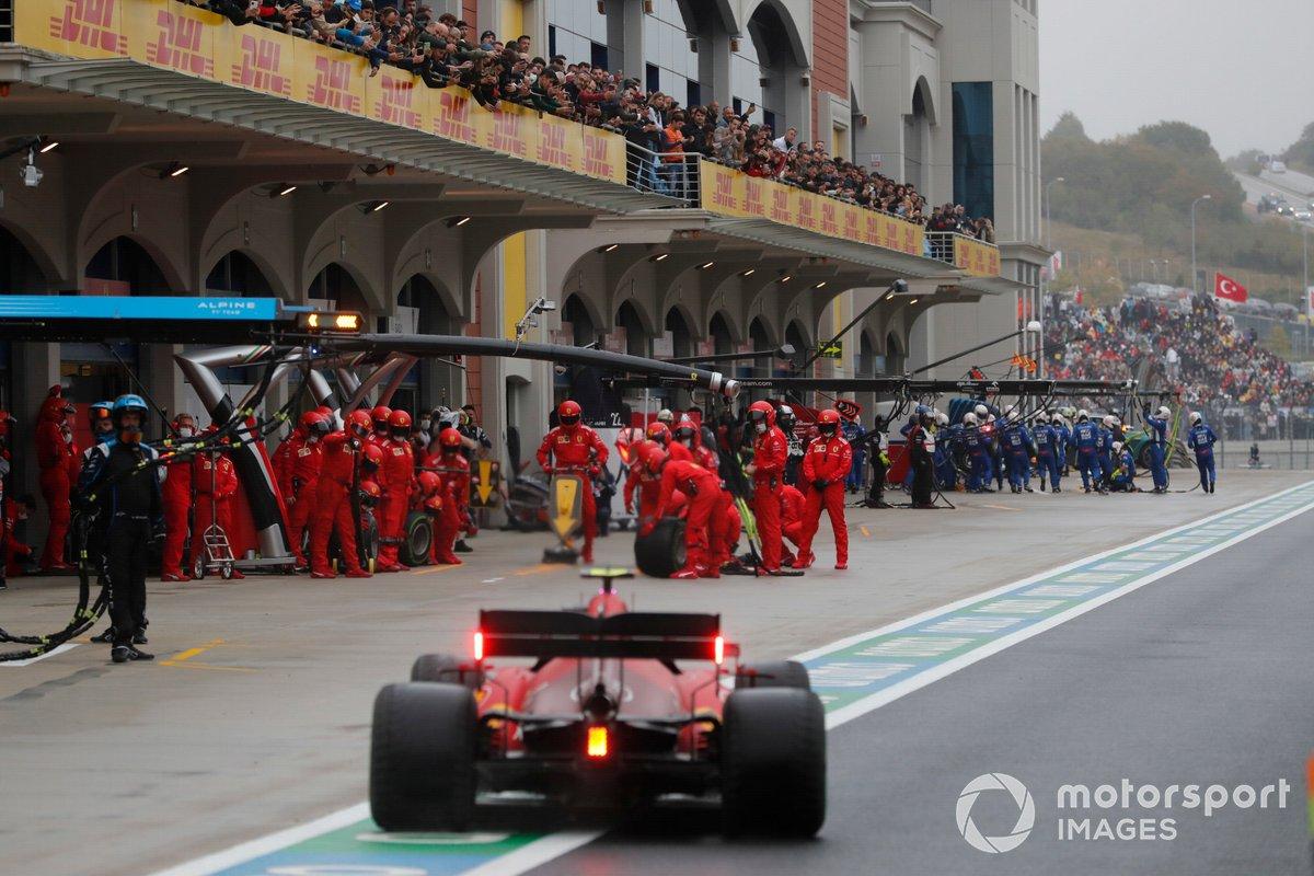 Carlos Sainz Jr., Ferrari SF21, va hacia un pit stop
