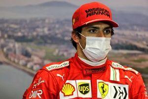 Carlos Sainz Jr., Ferrari, en conférence de presse d'après Qualifications