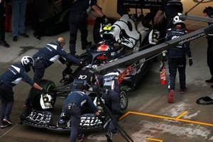 Pierre Gasly, AlphaTauri AT02, torna in garage