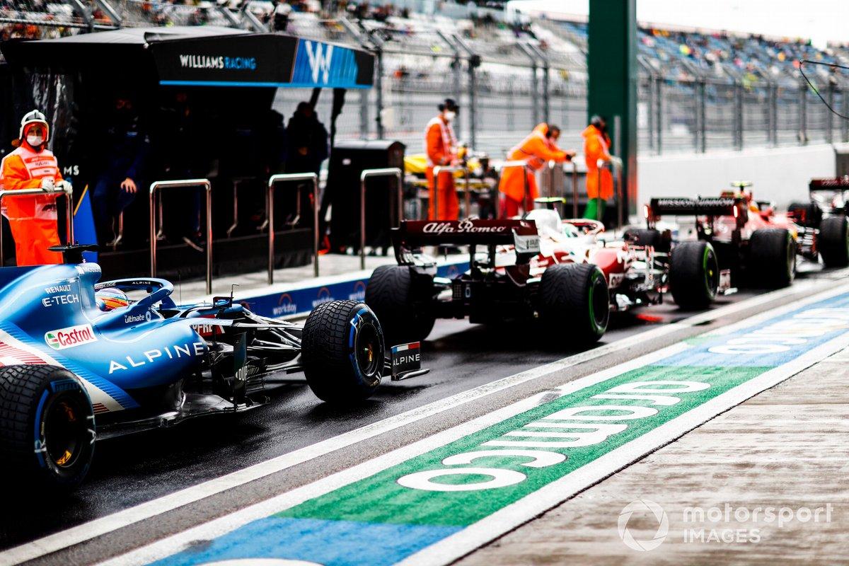 Carlos Sainz Jr., Ferrari SF21, Antonio Giovinazzi, Alfa Romeo Racing C41, e Fernando Alonso, Alpine A521, in pitlane