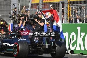 Lewis Hamilton, Mercedes, tweede plaats, komt aan in Parc Ferme terwijl Max Verstappen, Red Bull Racing, eerste plaats, viert