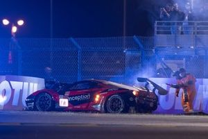 Crash: #71 Inception Racing Ferrari 488 GTE EVO LMGTE Am, Brendan Iribe, Ollie Millroy, Ben Barnicoat