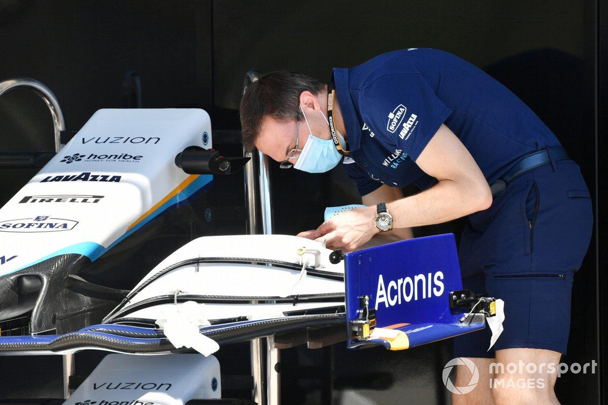 Un mecánico ajusta el alerón delantero del Williams FW43B