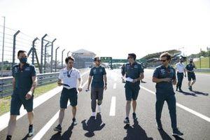Sebastian Vettel, Aston Martin, loopt met collega's over het circuit