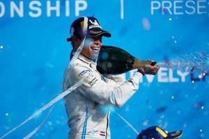 Il campione Nyck de Vries, Mercedes-Benz EQ, sul podio del campionato