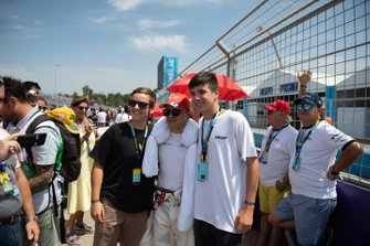 Felipe Massa, Venturi takes a photo with VIPs on the grid