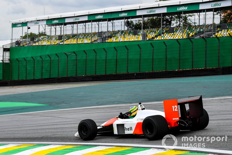 Bruno Senna conduce el McLaren MP4/4