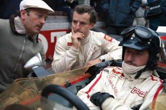 Capo del Team Colin Chapman e i suoi piloti Jackie Oliver e Graham Hill, al GP d'Olanda del 1968