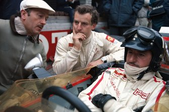 Graham Hill, Lotus, Jackie Oliver, Lotus, mit Colin Chapman
