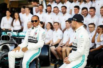 Lewis Hamilton, Mercedes AMG F1, et Valtteri Bottas, Mercedes AMG F1 posent pour une photo de groupe