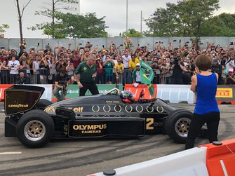 Emerson Fittipaldi pilota a Lotus de 1985 no Festival Senna Tribute