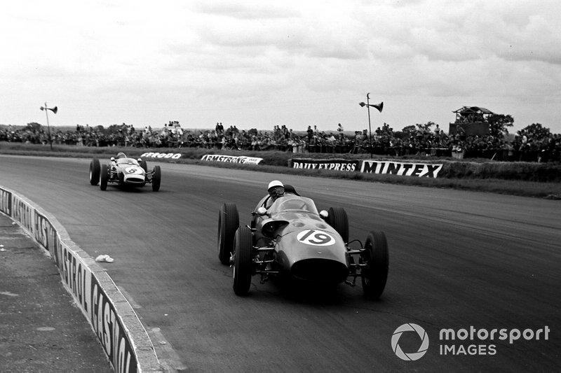 Maurice Trintignant, Aston Martin DBR5/250, delante de Jim Clark, Lotus 18 Climax