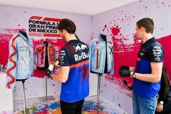 Pierre Gasly, Toro Rosso and Daniil Kvyat, Toro Rosso spray painting clothing