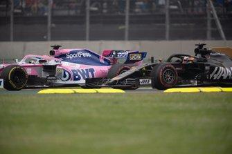 Sergio Perez, Racing Point RP19, precede Romain Grosjean, Haas F1 Team VF-19