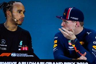 Le poleman Lewis Hamilton, Mercedes AMG F1, et le troisième, Max Verstappen, Red Bull Racing, lors de la conférence de presse