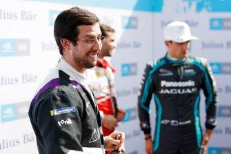 Alexander Sims, BMW I Andretti Motorsports, festeggia dopo aver preso la Pole Position