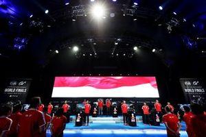 Участники встали для прослушивания гимна Монако перед стартом полуфинальных виртуальных заездов Кубка наций мирового финала киберчемпионата GT