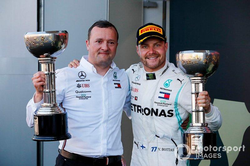 Il vincitore della gara Valtteri Bottas, Mercedes AMG F1, festeggia sul podio con il trofeo