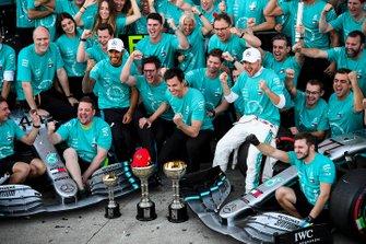 Lewis Hamilton, Mercedes AMG F1 y el ganador de la carrera Valtteri Bottas, Mercedes AMG F1