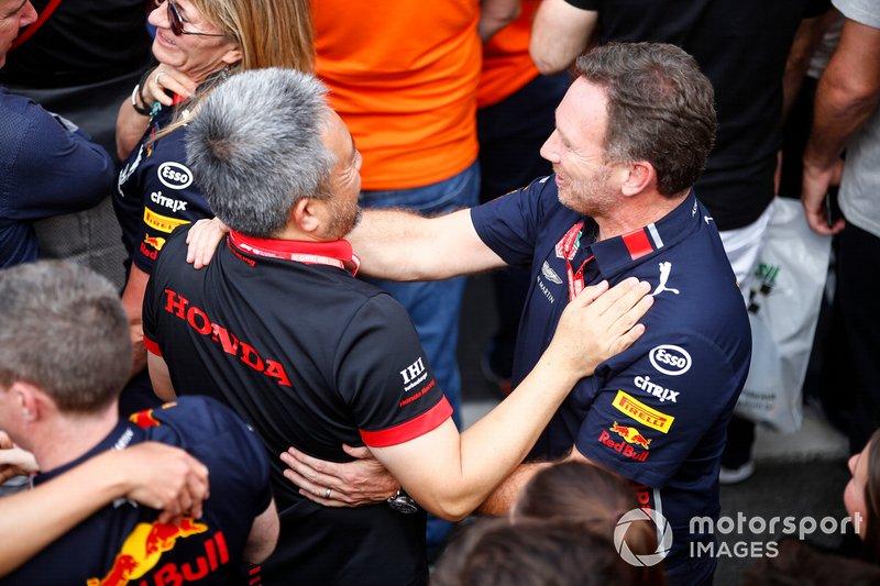 Masashi Yamamoto, General Manager, Honda Motorsport, e Christian Horner, Team Principal, Red Bull Racing, festeggiano nel parco chiuso