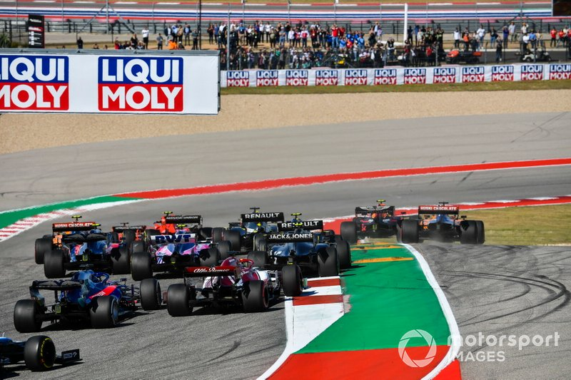 Alex Albon, Red Bull Racing RB15, Carlos Sainz Jr., McLaren MCL34 al inicio